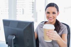 可爱的女实业家提供的咖啡 免版税库存图片
