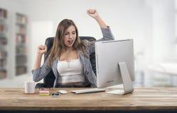 年轻可爱的女实业家表达成功在办公室 免版税库存图片