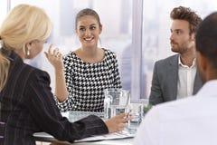 可爱的女实业家谈话在会议上 免版税图库摄影