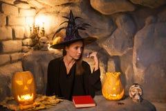 可爱的女性巫术师庆祝坚果裂缝 图库摄影