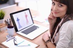 可爱的女性时装设计师画象  免版税图库摄影