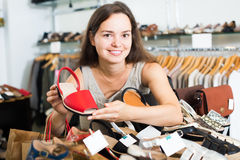 可爱的女性顾客在footgear中心的选择鞋子 免版税图库摄影