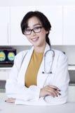 可爱的女性医生在医院 免版税库存照片