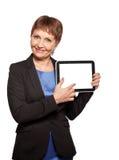 可爱的妇女与一种片剂的50岁在手上 库存图片