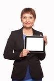 可爱的妇女与一种片剂的50岁在手上 免版税库存图片