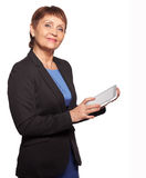可爱的妇女与一种片剂的50岁在手上 库存照片