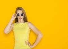 年轻可爱的妇女佩带的太阳镜五颜六色的画象  夏天秀丽概念 免版税图库摄影