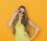 年轻可爱的妇女佩带的太阳镜五颜六色的画象  夏天秀丽概念 库存图片