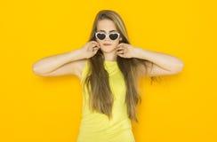 年轻可爱的妇女佩带的太阳镜五颜六色的画象  夏天秀丽概念 图库摄影