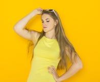 年轻可爱的妇女佩带的太阳镜五颜六色的画象  夏天秀丽概念 免版税库存照片