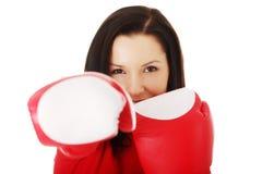 可爱的妇女佩带的拳击手套 图库摄影