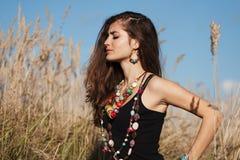 年轻可爱的妇女佩带的首饰闭合的眼睛 免版税库存图片