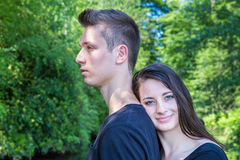 年轻可爱的妇女倾斜的头支持人 图库摄影