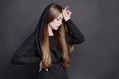 年轻可爱的妇女剧烈的画象有长,华美的黑暗的金发的 库存图片