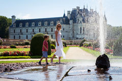 年轻可爱的妇女和她的孩子,刷新与水spla 库存图片