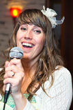 可爱的妇女唱歌曲 免版税库存图片
