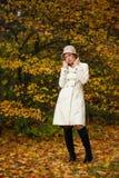 可爱的妇女在夜间秋天公园 免版税图库摄影
