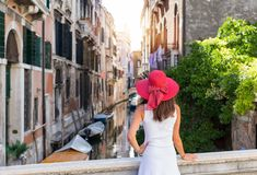 可爱的妇女在威尼斯享受往一条运河的看法 免版税图库摄影