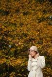 可爱的妇女在晚上秋天公园 库存照片