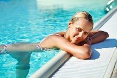 可爱的妇女在水中 免版税库存照片