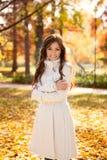 可爱的妇女在秋天公园 免版税库存图片