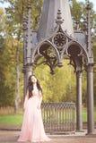 可爱的妇女在秋天,秋天在公园,庭院, 库存照片