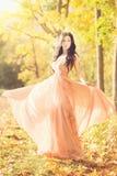 可爱的妇女在秋天,秋天在公园,庭院, 图库摄影