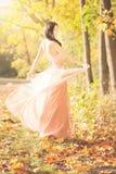 可爱的妇女在秋天,秋天在公园,庭院, 库存图片