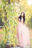 可爱的妇女在秋天,秋天在公园,庭院, 免版税库存照片