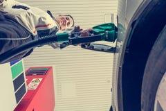 可爱的妇女抽的气体 免版税库存照片
