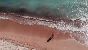 可爱的妇女散步在海滩的 走沿沙滩的少女 沙滩空中顶视图  红色礼服enjo的女孩 股票视频