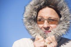 可爱的妇女温暖的冬天夹克 免版税库存图片