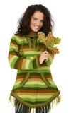 可爱的妇女秋天画象有叶子的 库存照片