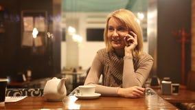 年轻可爱的妇女谈话在手机 股票录像