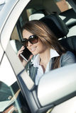 可爱的妇女驾驶和谈话在电话 库存图片