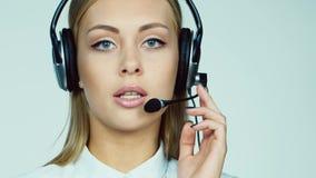 可爱的妇女-电话中心操作员 股票视频