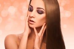可爱的妇女Faboluos画象有完善的streight褐色的ha 免版税库存照片