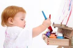 可爱的婴孩画架女孩绘画 免版税图库摄影