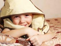 可爱的婴孩,看在黄色下毛巾 免版税库存图片