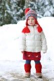 可爱的学龄前儿童女孩享受冬天在滑雪胜地 免版税库存照片