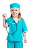 可爱的孩子女孩穿制服作为在空白backgr查出的医生 免版税库存图片
