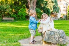 可爱的孩子室外画象  免版税库存照片
