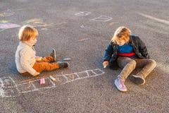可爱的孩子室外画象  免版税图库摄影