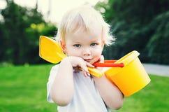 可爱的孩子画象有玩具的沙子的 免版税库存照片
