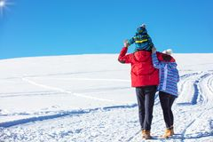 可爱的家庭获得乐趣在山的一个冬天公园 图库摄影