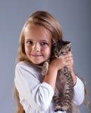 可爱的小女孩和她的小猫 库存照片