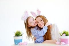 可爱的小女孩和她的母亲佩带的兔宝宝耳朵在复活节 免版税库存照片