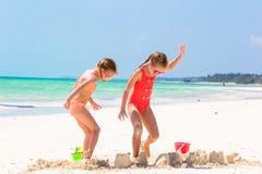 可爱的小女孩在暑假时 使用与海滩的孩子在白色海滩戏弄 免版税库存照片