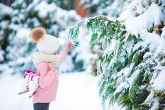 去可爱的小女孩在温暖的冬天雪天滑冰户外 库存照片