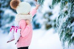 去可爱的小女孩在温暖的冬天雪天滑冰户外 免版税库存图片